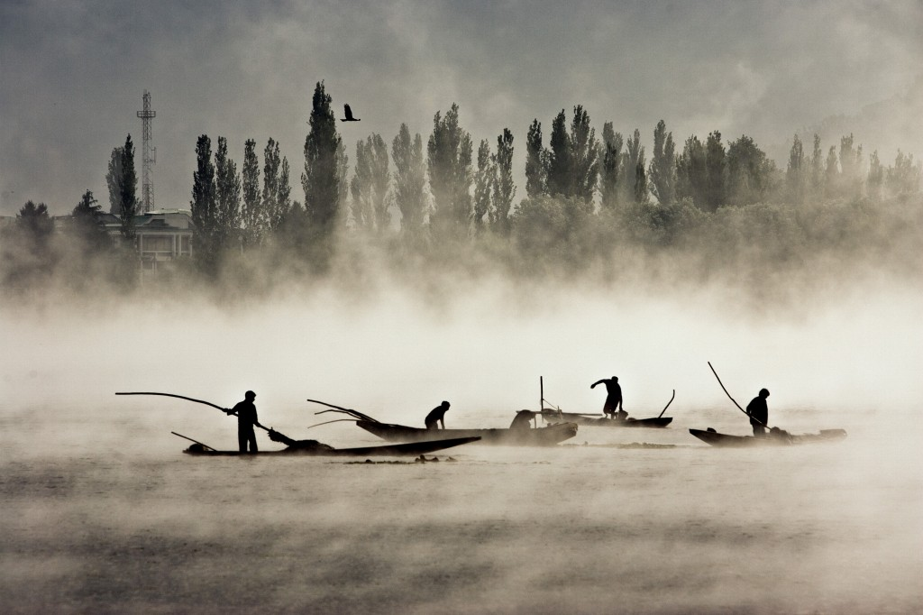 Fishermen in Dal Lake 9223 2008